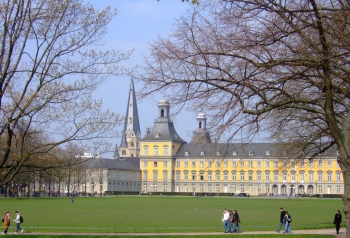 Hofgarten (Bonn) with Kurfürstliches Schloss (University of Bonn) and Bonn Minster. Photograph by Hans Weingartz.